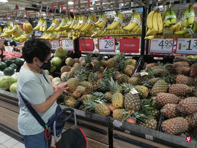 職總平價超市Fairprice正在與供應商密切合作,展開調查,並已將台灣鳳梨下架。圖/聯合早報