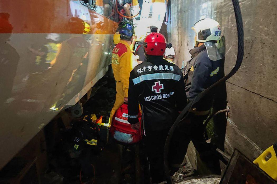 台鐵太魯閣號二日在花蓮縣大清水隧道出軌,造成多人死傷,救難隊員正全力救援乘客脫困...