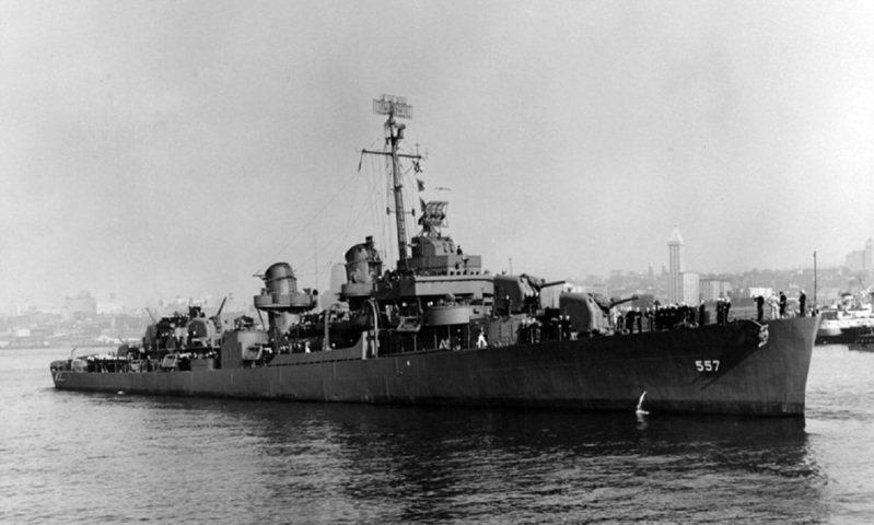 美國海軍驅逐艦「約翰斯頓號」資料畫面。「約翰斯頓號」官兵於1944年薩瑪島海戰率先衝鋒,表現出遠超職責要求的英勇無畏,與大和號戰艦在內日本海軍主力艦隊死鬥後沉沒,獲得總統單位嘉獎,艦長埃文斯中校則追授榮譽勳章。畫面翻攝:Stripes.com