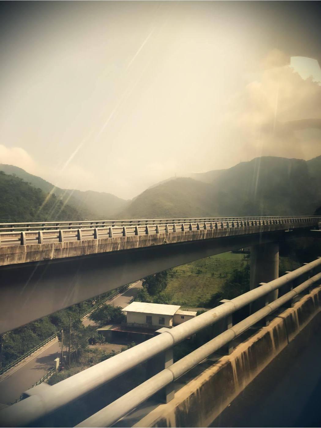 陳立芹在遊覽車上心中不安,拍下窗外景象報平安。圖/摘自臉書