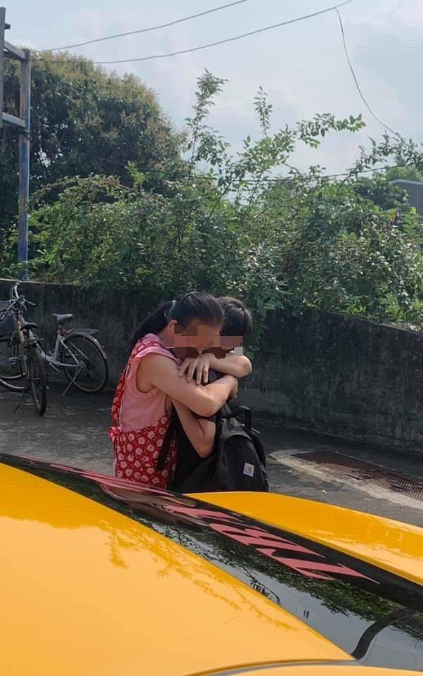 從媒體業退休的計程車司機楊宜中載回這對劫後餘生的父子,兒子回家見到母親,母子抱頭痛哭。圖/楊宜中提供
