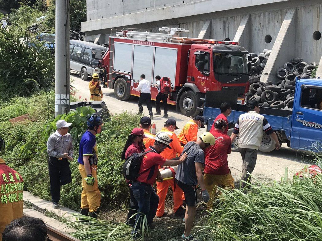 國道警方呼籲民眾,如非必要,盡量避開國道五號,讓救援車輛與受難民眾家屬通行。記者...