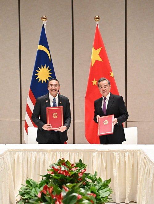 馬來西亞外長希沙慕丁1日與大陸國務委員兼外長王毅會談,兩人並簽署合作諒解備忘錄。(取自大陸外交部網站)