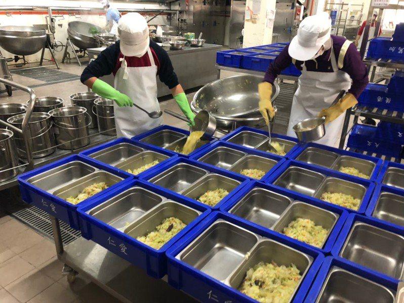 為解決小校午餐供應品質並減輕教師行政負擔,台南市府已申請新建3校、擴建6校共9校中央廚房,供應鄰近34校午餐。圖/台南市教育局提供
