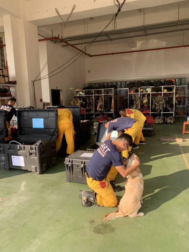 台南市消防局的人員、特搜隊員、還有搜救犬都已準備好,等候中央指示即可以出動。記者邵心杰/翻攝