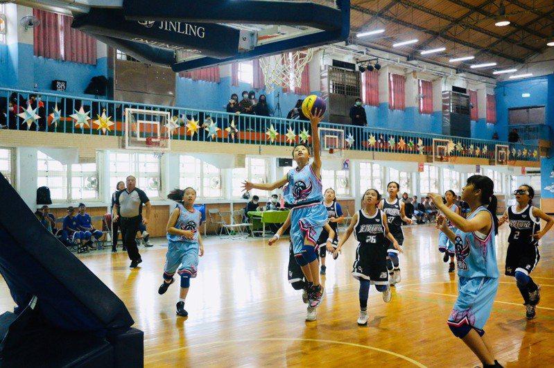 土庫國小女籃隊和冠軍暌違10多年,歷經苦練,今年終能在全國大賽中再奪回金杯,重返榮耀。圖/土庫國小提供