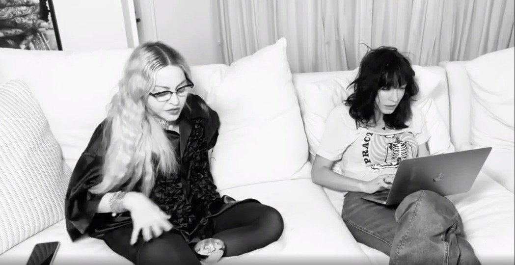 瑪丹娜(左)曾在自己的IG擺上與奧斯卡金獎編劇狄亞布蘿柯蒂(右)討論劇本的黑白影