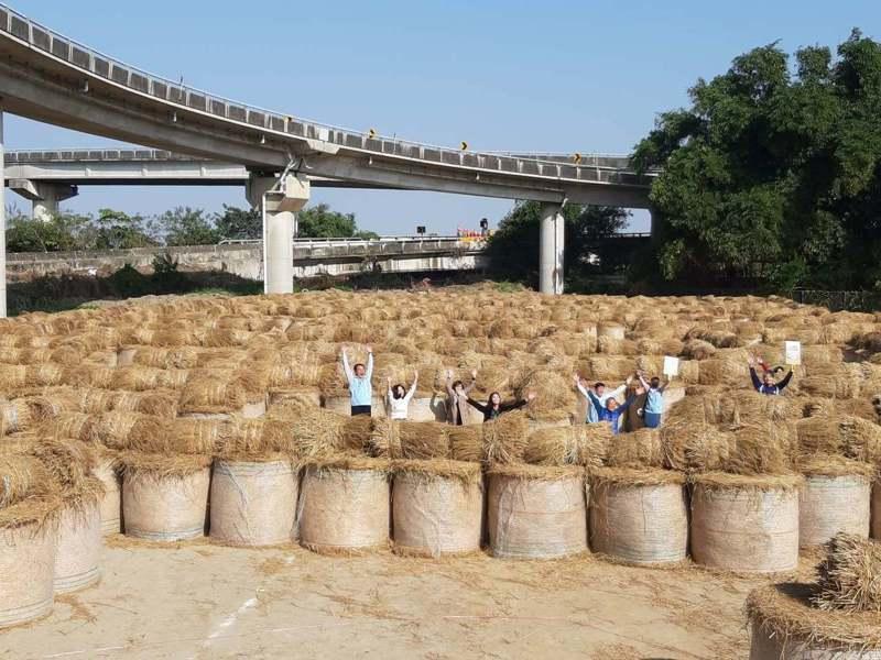 高人氣的大埤稻草迷宮,結合音樂重新開放,是連假出遊首選。記者蔡維斌/翻攝