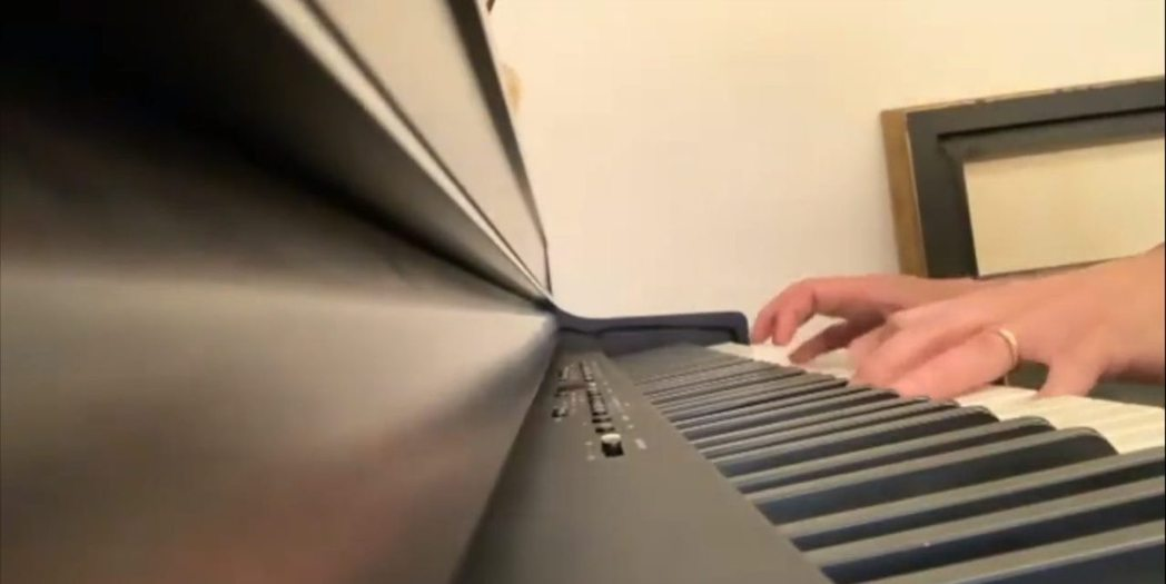 許志安在IG秀出自己彈鋼琴的影片,赫見手上還戴著婚戒。圖/摘自IG