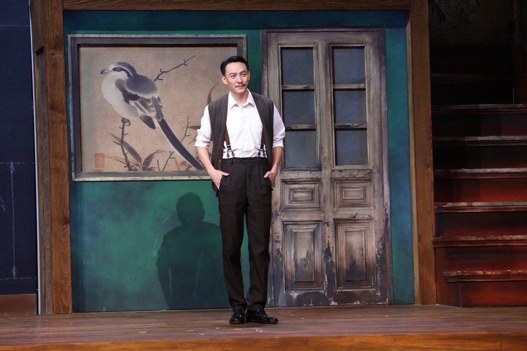 張震首演舞台劇「江/雲・之/間」,笑稱自己相較於金士傑的版本,比較「沒氣質」。記...
