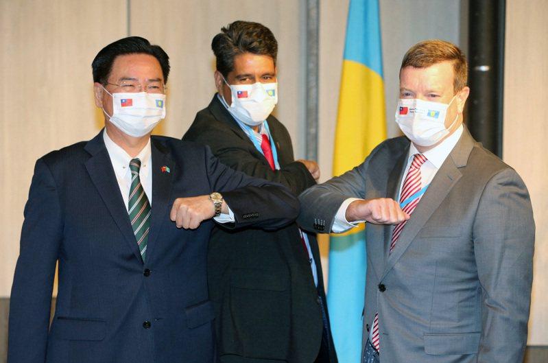 帛琉總統惠恕仁(中)訪台,美國駐帛琉大使倪約翰(右)罕見隨行,圖為兩人3月29日與外交部長吳釗燮(左)舉行記者會。圖/聯合報系資料照片