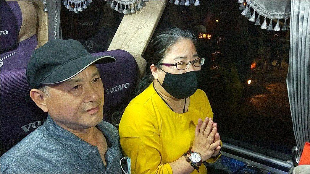 幸運生還者今晚分乘3輛、約90人搭遊覽車回台東,晚間7點20分左右,第一輛專車回...