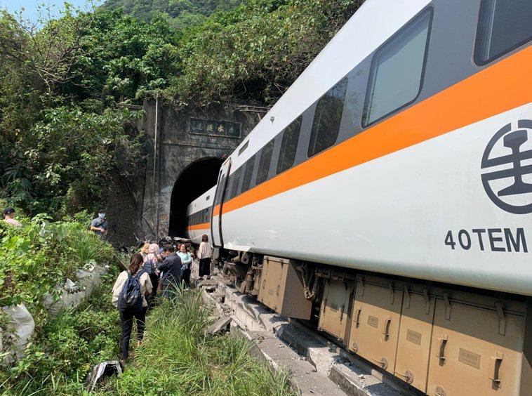 台鐵太魯閣號出軌造成多人傷亡,為近40年來最嚴重的鐵道事故。圖/消防署指揮中心提...