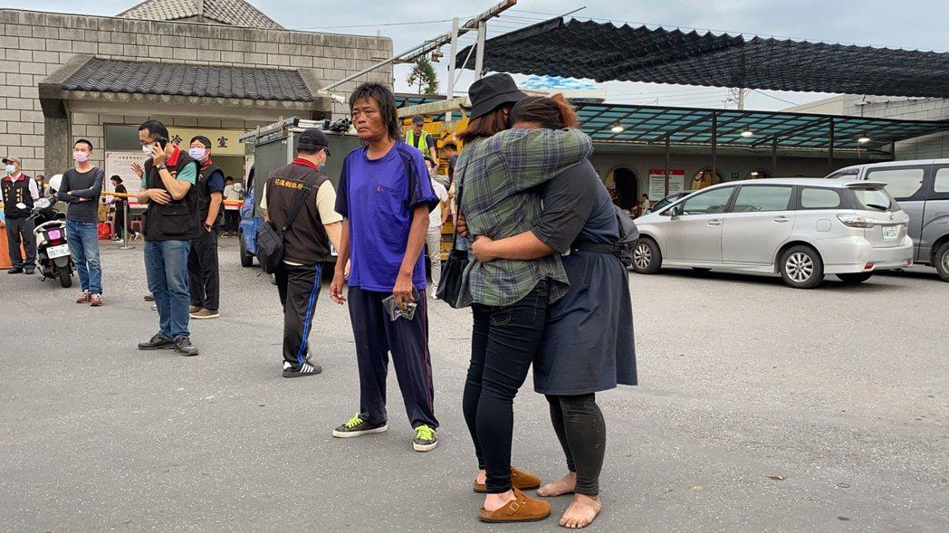 一名來自台東的死者妻子趕來認屍,抱著親友痛哭。記者王思慧/攝影