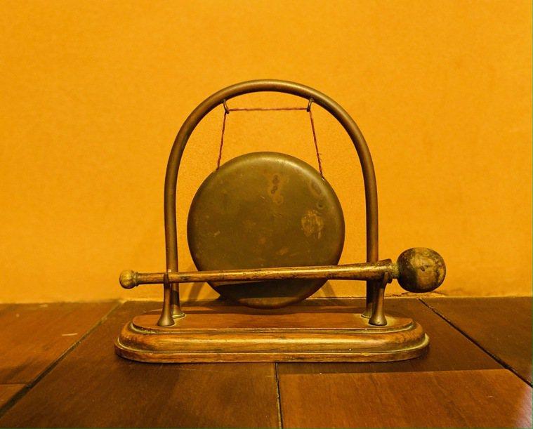 來自美國波特蘭二手店的小銅鑼,可當作開飯前的銅鑼聲。圖/朱慧芳