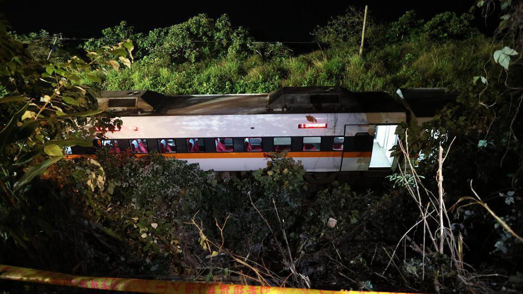 工程車昨天滑落撞到太魯閣號,造成五十一死的重大交通事故。記者潘俊宏/攝影