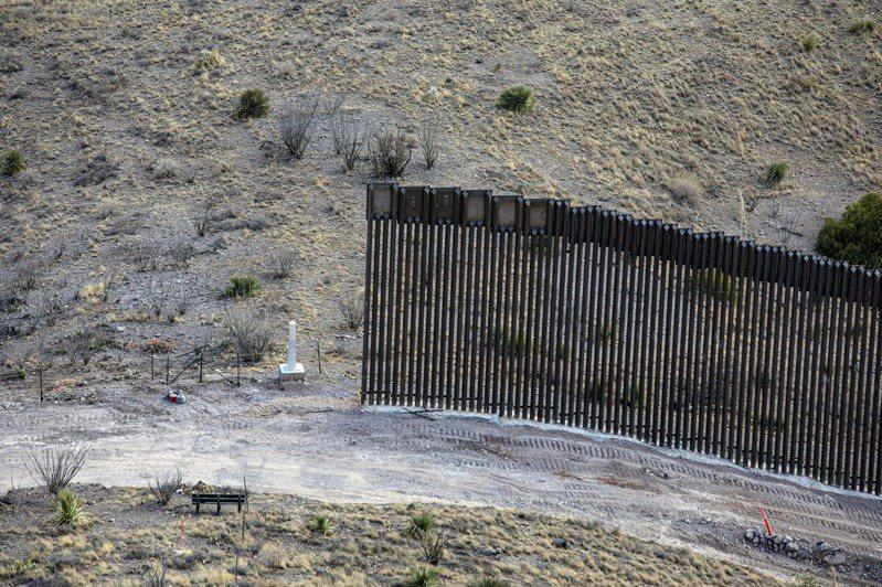 承包商在川普政府最後任期急忙於亞利桑那州建造一小面圍牆,民眾表示,這面牆是他看過最無意義的事物之一。 圖/摘自紐約時報