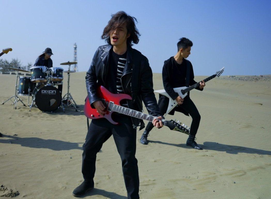 楊影在沙漠拍攝MV,打趣「吃沙吃到飽」。圖/青田提供