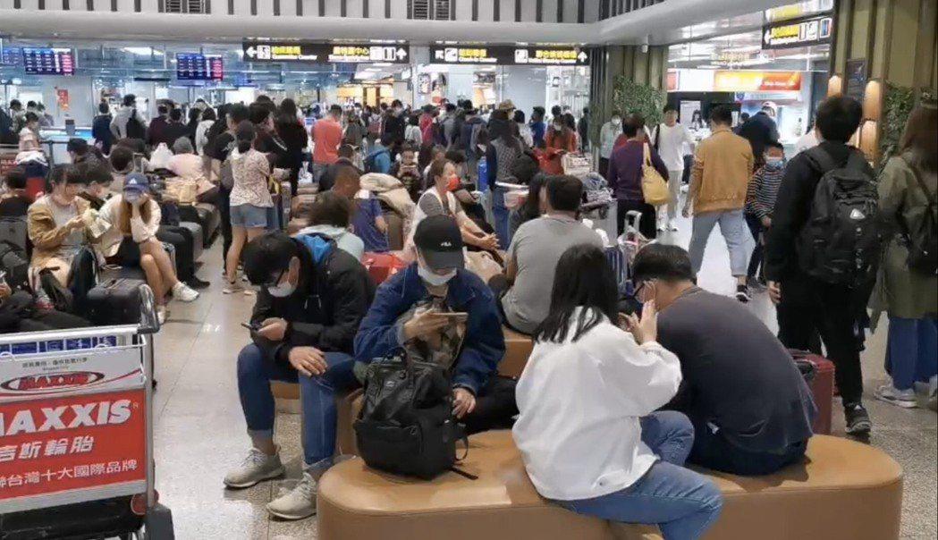 霧鎖金門,金門尚義機場班機起降大受影響,大廳擠滿焦急等待的旅客。記者蔡家蓁/攝影