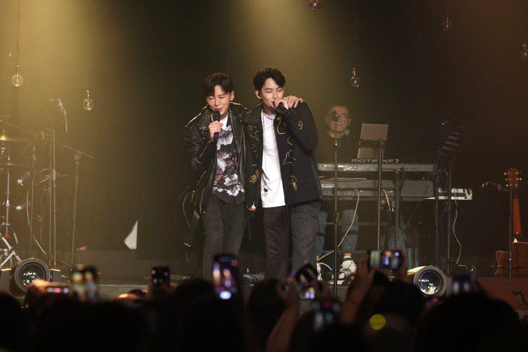 張庭瑚(右)與好友李國毅合唱,展現兄弟情。記者王聰賢/攝影