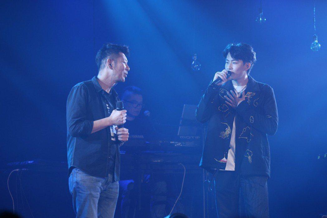 張庭瑚(右)開唱,邀來荒山亮擔任嘉賓合唱。記者王聰賢/攝影