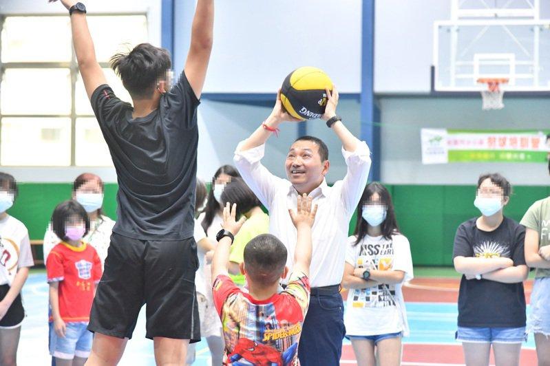 昨為台灣社工日也是兒童節前夕,新北市長侯友宜與受安置的孩童打球。圖/新北社會局提供