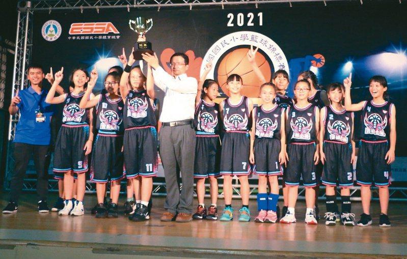雲林土庫國小女籃隊和冠軍暌違10多年,歷經苦練,今年在全國大賽中,再奪回金杯,重返榮耀。圖/土庫國小提供