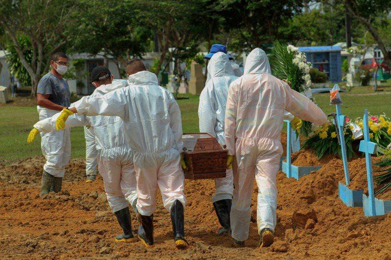 巴西亞馬遜州瑪瑙斯市一座公墓殯葬人員正抬棺準備下葬新冠肺炎病故者。示意圖,非當事人。(法新社)