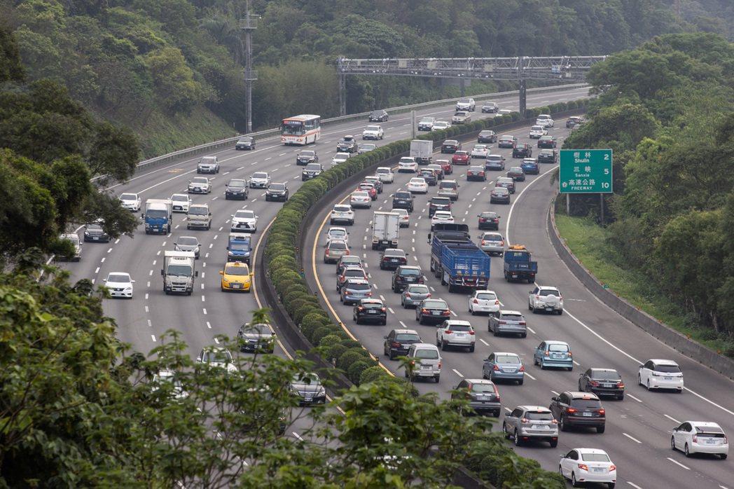 圖為昨天清明連假首日,國三土城路段南向再度湧現車潮。記者季相儒/攝影