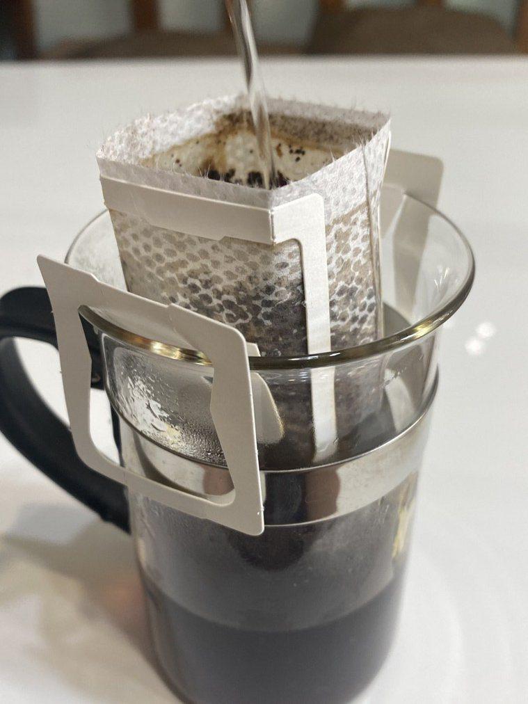 醫學期刊指喝綠茶、咖啡可降低中風與心肌梗塞病患死亡率,醫師提醒仍須定期服藥、回診...