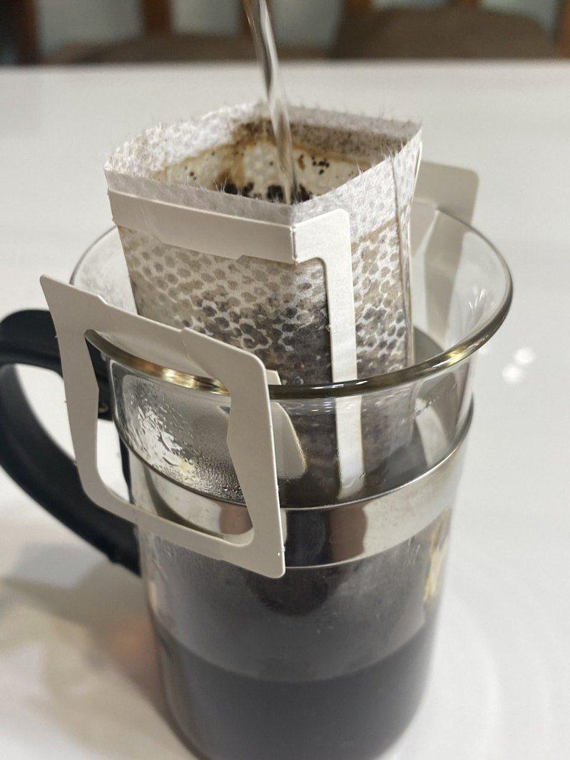 醫學期刊指喝綠茶、咖啡可降低中風與心肌梗塞病患死亡率,醫師提醒仍須定期服藥、回診。記者江良誠/攝影