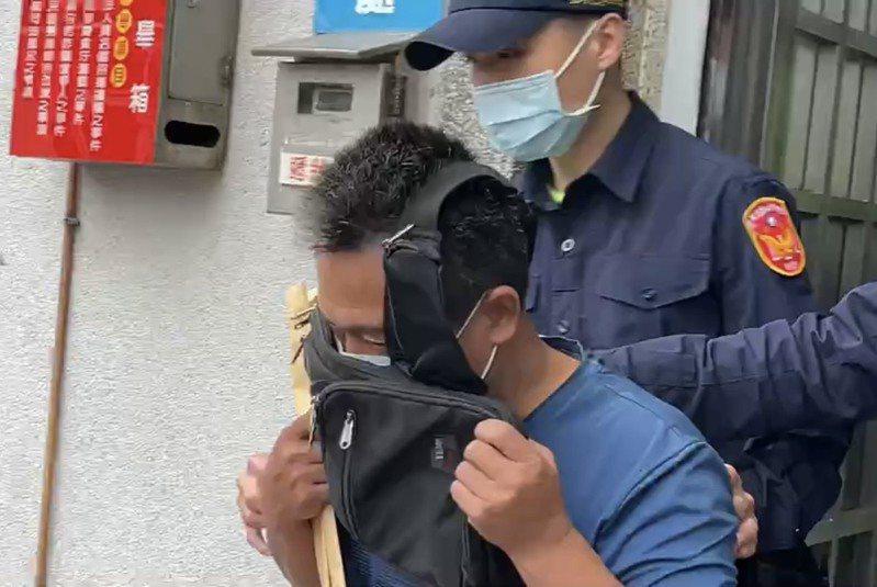 李的親友前往辦理交保,隨後李義祥現身,由5名法警護送離開。圖/讀者提供