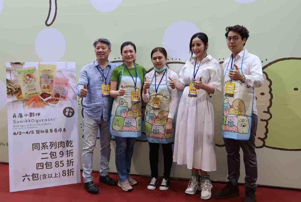 「We&Them」總經理侯亞寧(左)與「角落小夥伴」工作團隊於南港寵物展攤位合影...