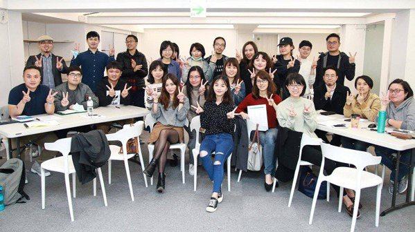 徐依吟(前排左)不僅掌握面試技巧、透過英語面試錄取精品業數據分析師,更開班授課教...