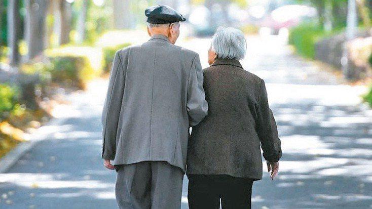 「夫妻相互贈與財產,免納贈與稅」,這是許多人使用的節稅手法,但有時卻反加重遺產稅...