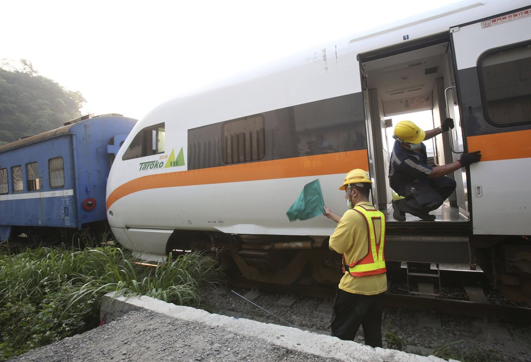 台鐵太魯閣號昨天出軌釀51死、逾百人受傷。 美聯社