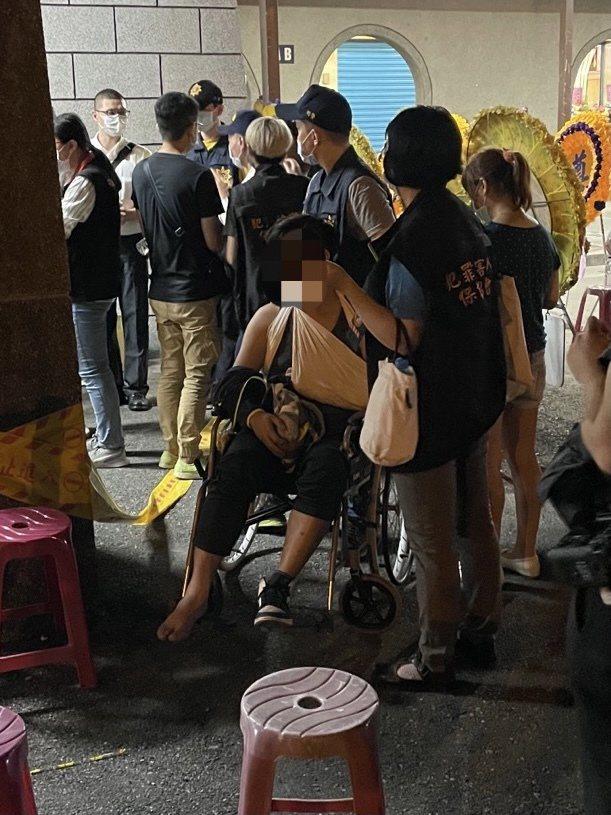 男子多處骨折需坐輪椅,仍忍痛等候指認親屬。記者楊湛華/攝影