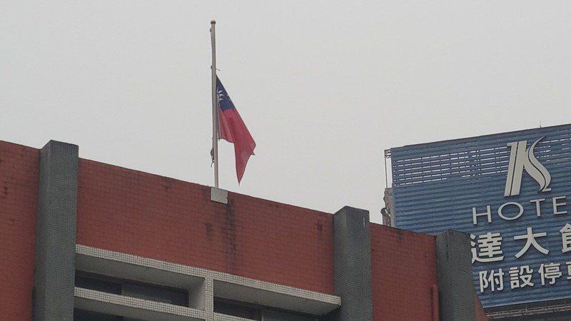 全國今天起降半旗3天 ,追悼台鐵50死慘劇。記者游明煌/攝影