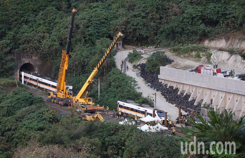 台鐵408次太魯閣號昨天在花蓮清水隧道發生重大事故,造成多人傷亡,工程人員今天清晨出動大型吊掛機具,要將卡在隧道內的車廂拖出。記者余承翰/攝影