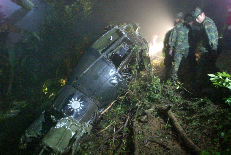 2007年04月03日,陸軍一架UH1H運輸直升機傍晚因為濃霧,撞擊位在高雄中寮山的警廣電塔後墜毀,造成8人罹難。圖/聯合報系資料照片