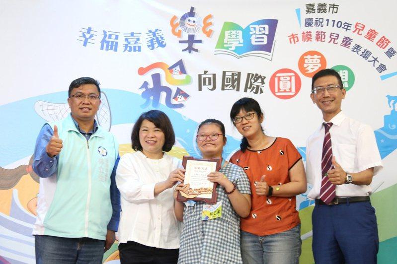 嘉義市長黃敏惠(左二起)頒發模範兒童證書,給北園國小林乙柔,稱讚她以樂觀態度面對生活、迎接挑戰。記者卜敏正/攝影
