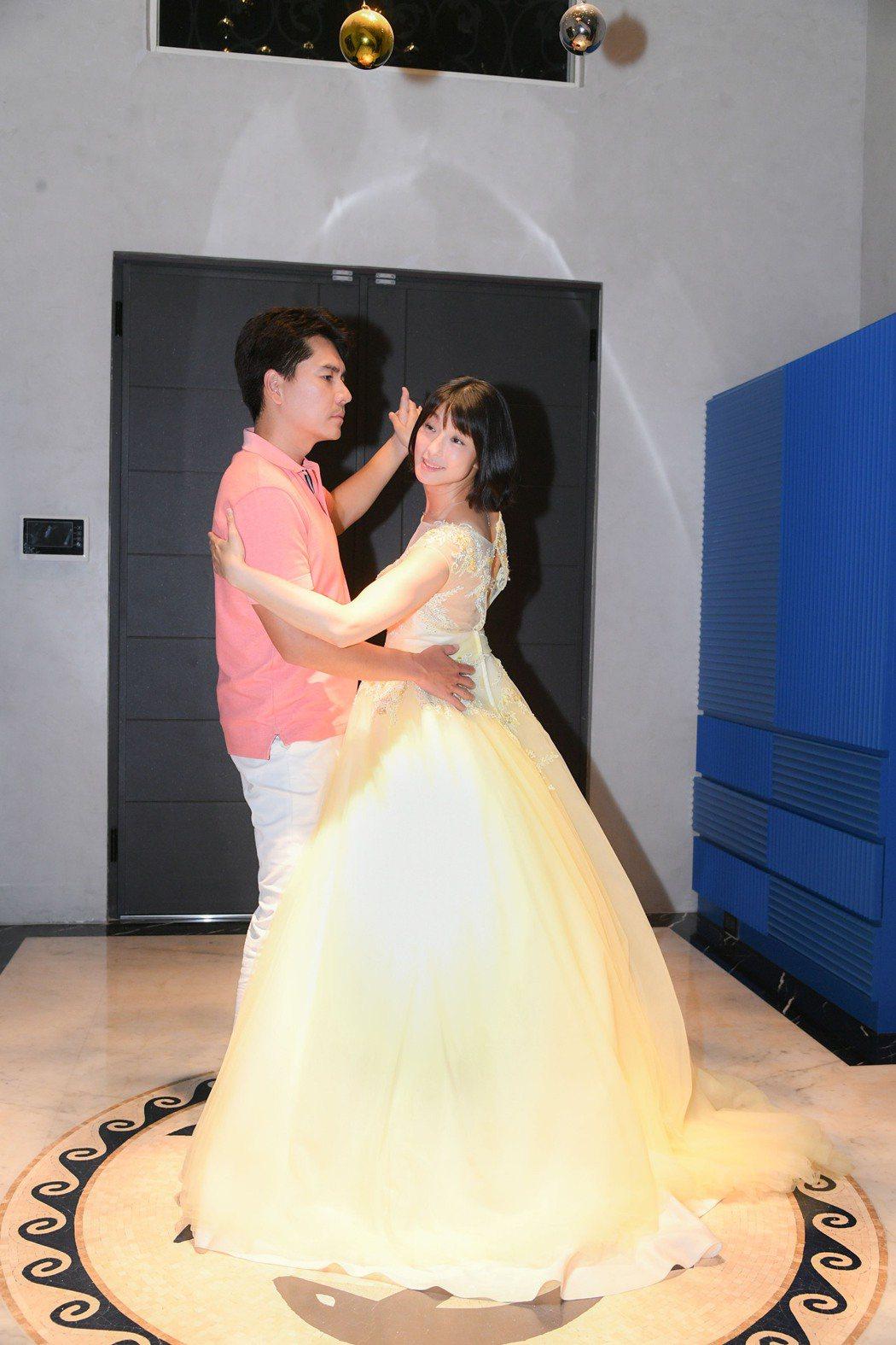 賴雅妍(右)化身公主和王傳一跳舞。圖/三立提供