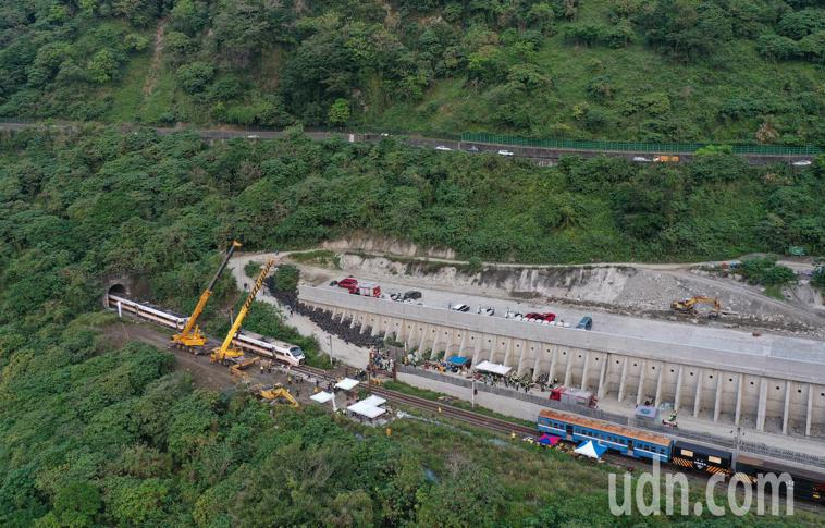 台鐵408次太魯閣號昨天在花蓮清水隧道發生重大事故,造成多人傷亡,工程人員上午出...