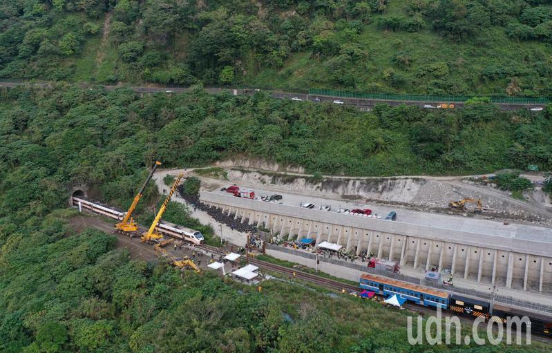 台鐵408次太魯閣號昨天在花蓮清水隧道發生重大事故,造成多人傷亡,工程人員上午出動大型吊掛機具,要將卡在隧道內的車廂拖出。記者余承翰/攝影