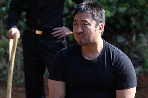 南韓「最佳綠葉」馬東石在韓劇「壞傢伙們」飾演黑道大哥,私下卻是劇組眼中的「笑聲砲彈」。有次馬東石拿到道具手銬,覺得有趣就銬在自己手上,沒想到最後竟解不開,情急之下露出可憐的眼神向一旁工作人員求助,讓...