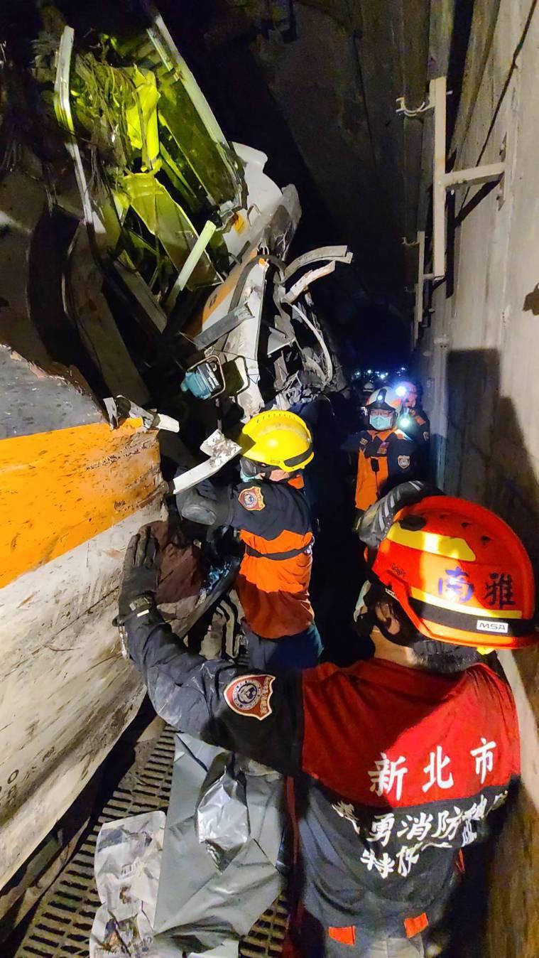 太魯閣號出軌,造成50死162傷。新北市消防局提供