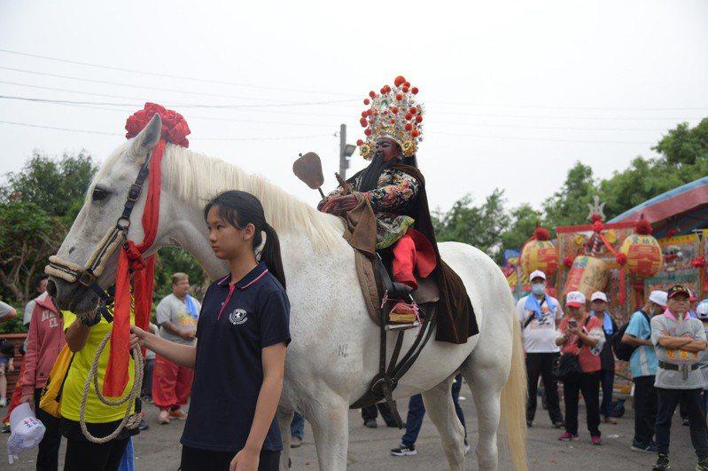 受鎮宮玄天上帝神像安奉在馬背上,騎著白馬遶境成為一大特色。圖/南投縣政府提供