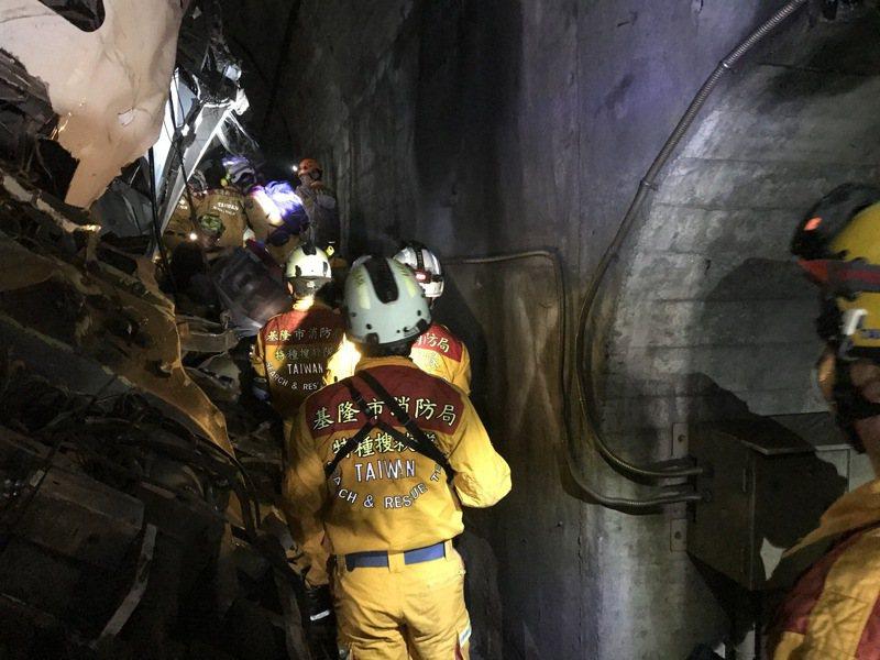 「我女兒剩上半身」媽泣訴,救難隊找到下半身拼出人形。圖/基隆市消防局提供