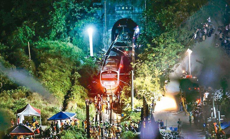 台鐵太魯閣號昨在花蓮大清水隧道出軌事故造成重大傷亡,也撞出高速列車到底該不該賣站票的爭議。記者許正宏/攝影