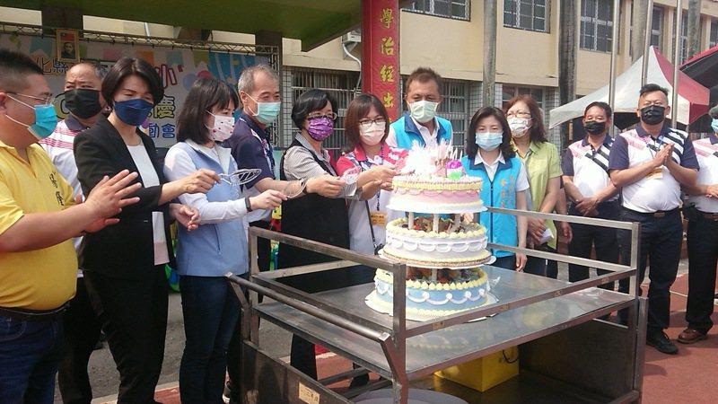 彰化縣湖西國小切蛋糕和舉辦動靜態展演活動慶祝建校一甲子。記者簡慧珍拍攝